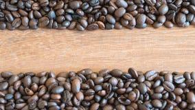 Grains de café sur le vieux fond en bois photo libre de droits
