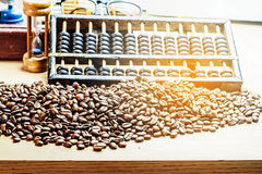 Grains de café sur un bureau Photographie stock libre de droits