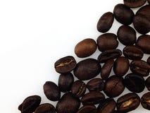 Grains de café sur un fond blanc Photographie stock libre de droits