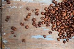 Grains de café sur un fond bleu images libres de droits