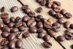 Grains de café sur un fond en bois Image stock