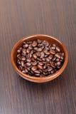 Grains de café sur un fond foncé Photographie stock