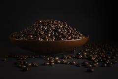 Grains de café sur un fond noir Photos libres de droits