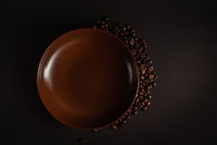 Grains de café sur un fond noir Photo stock