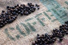 Grains de café sur un sac à toile de jute image libre de droits