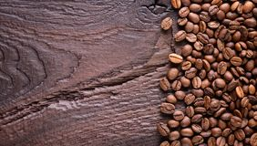 Grains de café sur un vieux bureau en bois Arabica et haricots robusta Vue supérieure avec un espace de copie pour votre texte im Images stock