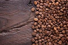 Grains de café sur un vieux bureau en bois Vue supérieure avec un espace de copie pour votre texte Fond de café Fin vers le haut Photo libre de droits