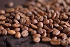 Grains de café sur un vieux bureau en bois Vue supérieure avec un espace de copie pour votre texte Macro photo Photographie stock