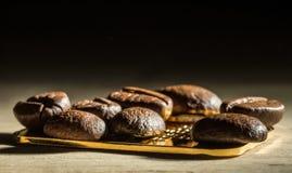 Grains de café sur une petite barre d'or Images libres de droits