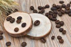 Grains de café, tabourets d'arbre et blé Image stock