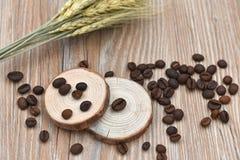 Grains de café, tabourets d'arbre et blé Photographie stock