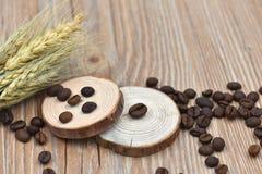 Grains de café, tabourets d'arbre et blé Images stock