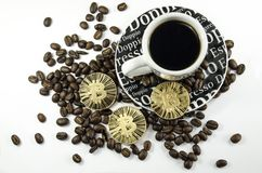 Grains de café, tasse et pièces de monnaie de bitcoin s'étendant sur le fond blanc Photographie stock