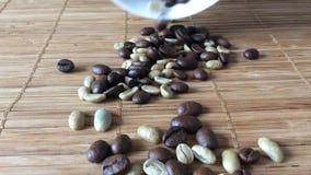 Grains de café tombant vers le bas banque de vidéos
