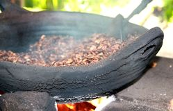 Grains de café traditionnels de torréfaction Bali Photo stock
