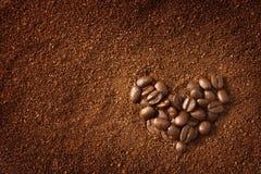 Grains de café en forme de coeur Images libres de droits