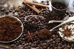 Grains de caf? et ?pices photo stock