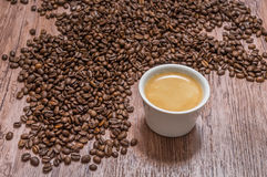 Grains de café et tasse de café chaud Images stock