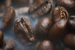 Grains de caf? r?tis avec de la fum?e Fond de caf? photographie stock libre de droits