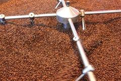 Grains de café rôtis par aération Photos stock
