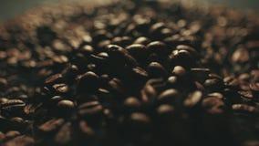 Grains de caf? r?tis parfum?s ?claboussant des mains de l'homme Fum?e aromatique et fond brun dans le mouvement lent clips vidéos
