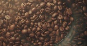 Grains de caf? r?tis parfum?s dans la cuisson Fond chaud aromatique de fum?e clips vidéos