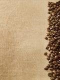 Grains de café sur la toile de jute Photo stock