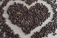 Grains de caf? sur le fond en bois images stock