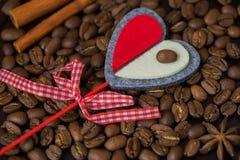 Grains de plan rapproché de café et de coeur rouge décoratif Concept de l'amour avec du café ou aimé Image pour tout jour Photos libres de droits