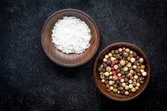 Grains de poivre et sel de mer dans une cuvette en bois Photos libres de droits