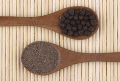 Grains de poivre noir et poudre de poivre noir Images stock