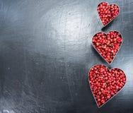 Grains de poivre roses (forme de coeur) Photographie stock libre de droits