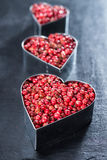 Grains de poivre roses (forme de coeur) Image libre de droits