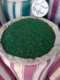 Grains de poivre verts dans un sac Photos libres de droits