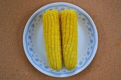 Grains doux superbes bouillis délicieux dans le plat blanc Photos libres de droits