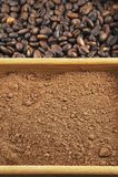 Grains du café, poudre de cacao dans une boîte Image stock