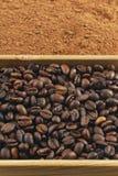 Grains du café, poudre de cacao dans une boîte Photographie stock