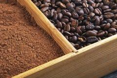Grains du café, poudre de cacao dans une boîte Photo libre de droits