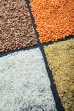 Grains naturels : riz, lentilles, bulgur et sarrasin verticalement photos stock