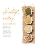 Grains organiques crus d'amaranthe et de quinoa, pois chiche et fèves de mung Images libres de droits