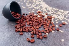 Grains parfumés dispersés de café noir photographie stock libre de droits