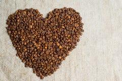 Grains renversés de plan rapproché parfumé de café Cadre de photo, fond Coeur des grains de café Une déclaration de l'amour Photo libre de droits