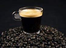 Grains sur la tasse de café Photographie stock libre de droits