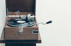 Gramófono portátil viejo Imagenes de archivo