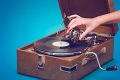 Gramófono portátil viejo con la mano femenina Fotos de archivo libres de regalías
