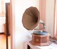 Gramófono puesto en la tabla de madera imagen de archivo