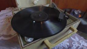 Gramófono que juega un disco de larga duración del vinil almacen de video