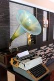 Gramófono y máquina de escribir retros Fotografía de archivo libre de regalías