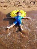 gram na plaży Obraz Royalty Free
