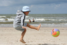 gram na plaży Fotografia Royalty Free